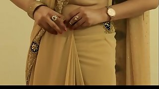 Warm GIRL SAREE WEARING and Showing her NAVEL and BACK
